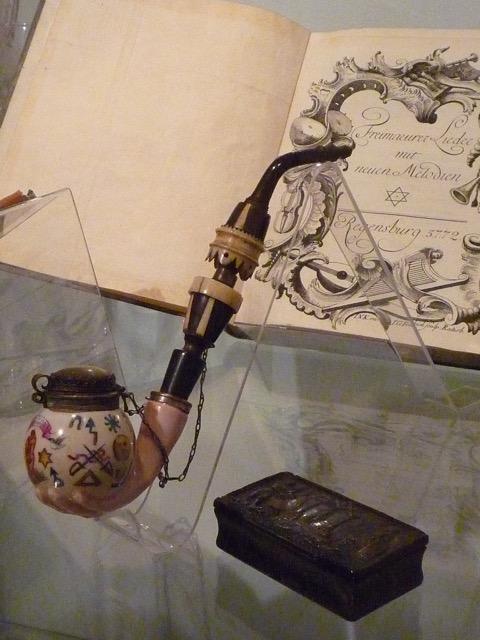 Dem Freimaurer zur Muse mit Symbolen zur königlichen Kunst
